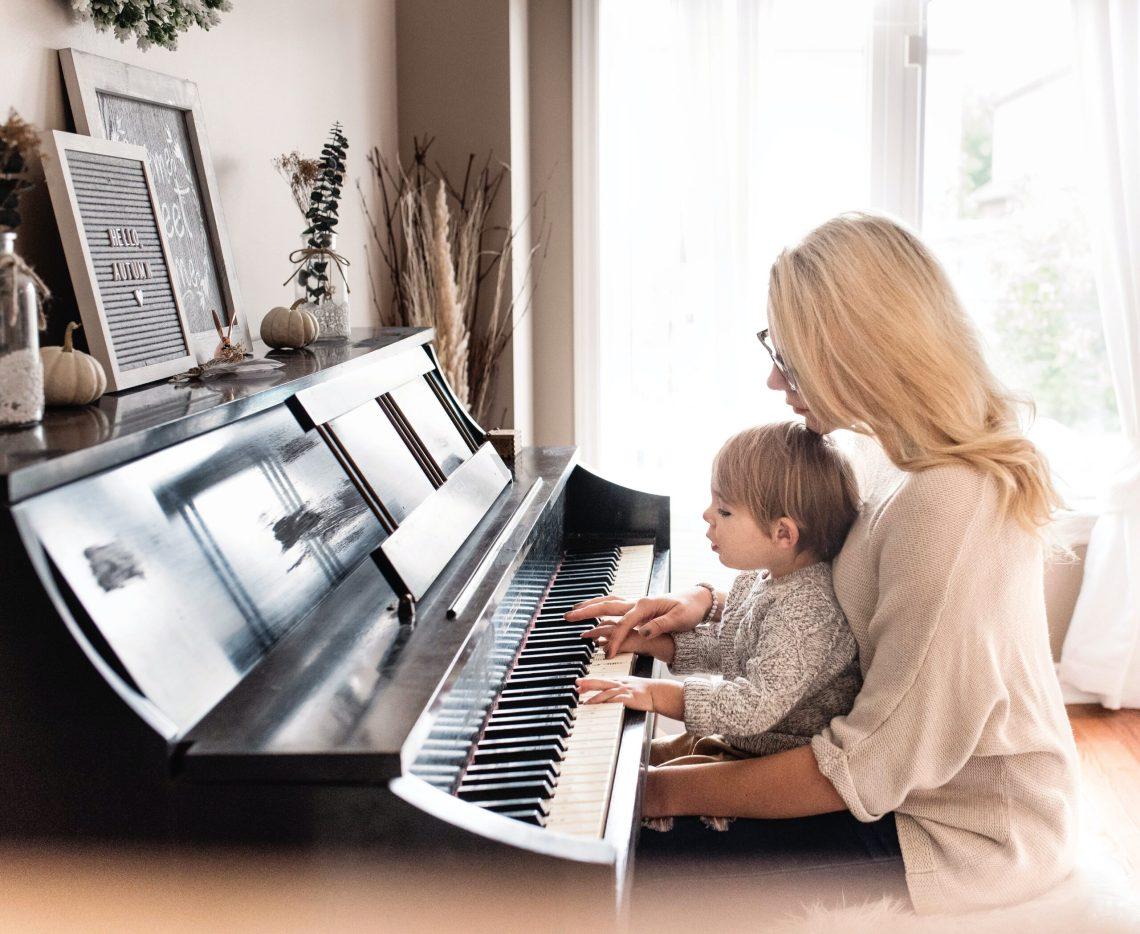 les bienfaits du piano pour l'enfant- maman joue au piano avec son enfant