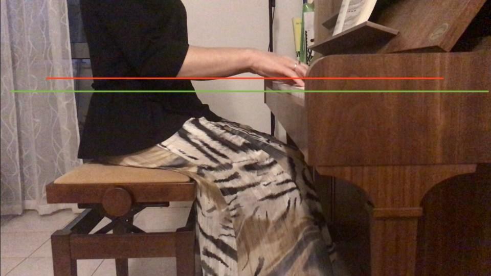 mauvaise position au piano : les coudes sont trop hauts par rapport au clavier