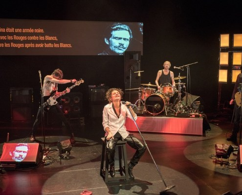 Revue rouge - Norah Krief, dans un spectacle conçu par David Lescot, mis en scène par Eric Lacascade - photo Brigitte Enguérand