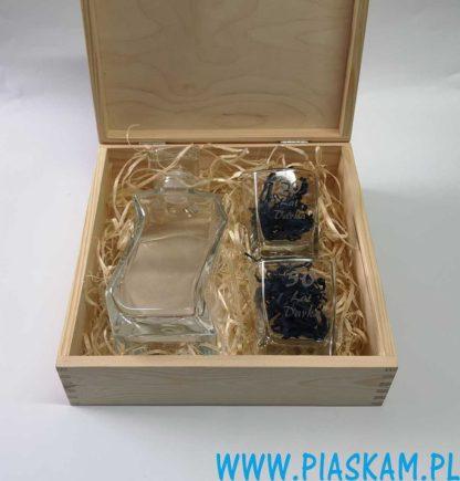 karafka 2 szklanki grawer w drewnianym pudelku