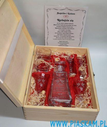 karafka szklanki kieliszki grawer w drewnie dyplom ślub