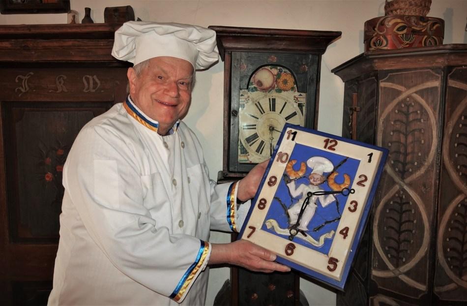 Karl Piaty sen. mit alter Zunftuhr der Bäckerei Piaty