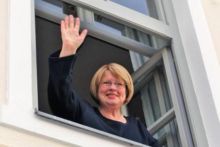 Frau Dr. Schuhfried winkt (2)