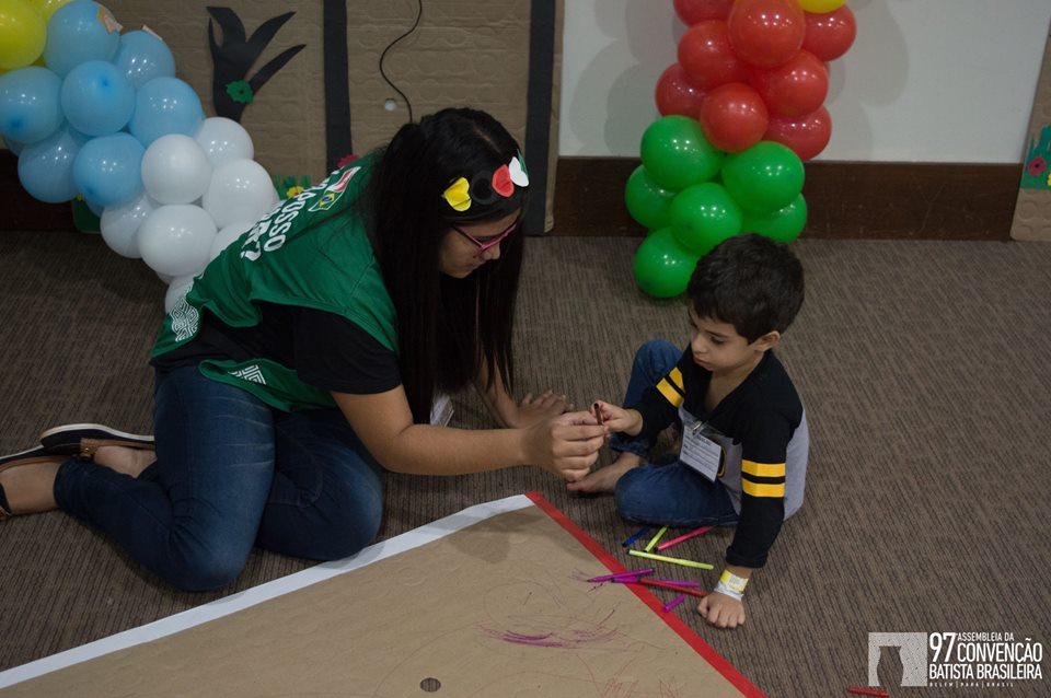 Crianças aprendem o evangelho no CBB Kids