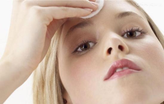 眉心長痘痘是什麼原因 身體內外不可忽視原因及調養建議 - 色彩地帶