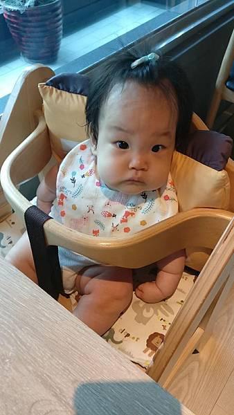 育兒 | Apramo Flippa可攜式兒童餐椅/讓孩子乖乖坐好,安心又乾淨!