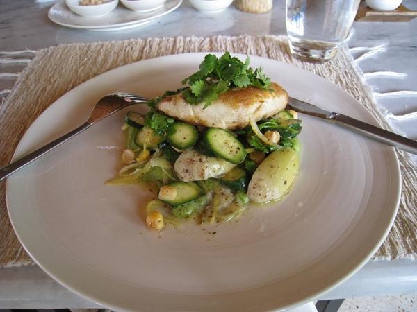 魚跟下面酸酸的菜 很對味