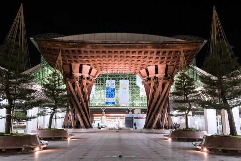 金澤車站前的巨大鼓門,是車站前最醒目的建築與金澤的地標之一。
