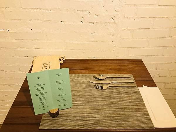 餐具擺放的位置有點特別。