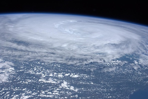 [不斷更新] 2015 杜鵑颱風停班停課、公車捷運、百貨公司、大眾服務狀況總整理 hurricane-11100_640