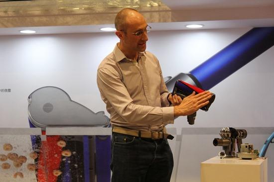 Dyson 發表 DC74 Fluffy 無線吸塵器,全新吸頭 大小顆粒不漏吸 DysonDC74Fluffy02