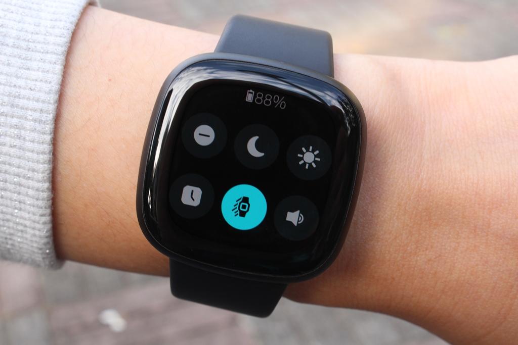 Fitbit Versa 3智慧手錶-內建GPS功能更全面,健康資訊一手掌握8861