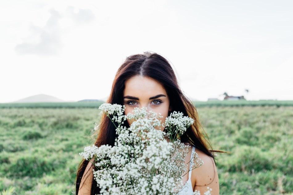meisje-met-bos-bloemen