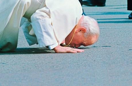Paven kysser jorden