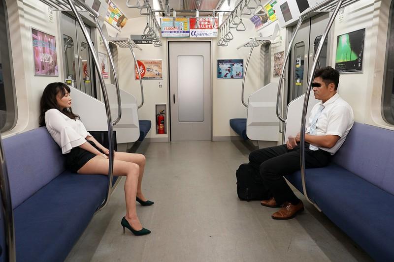 最終電車で痴女とまさかの2人きり!向かいの座席でパンチラしてくるホロ酔い美脚女の誘惑で勃起したらヤられた 画像10