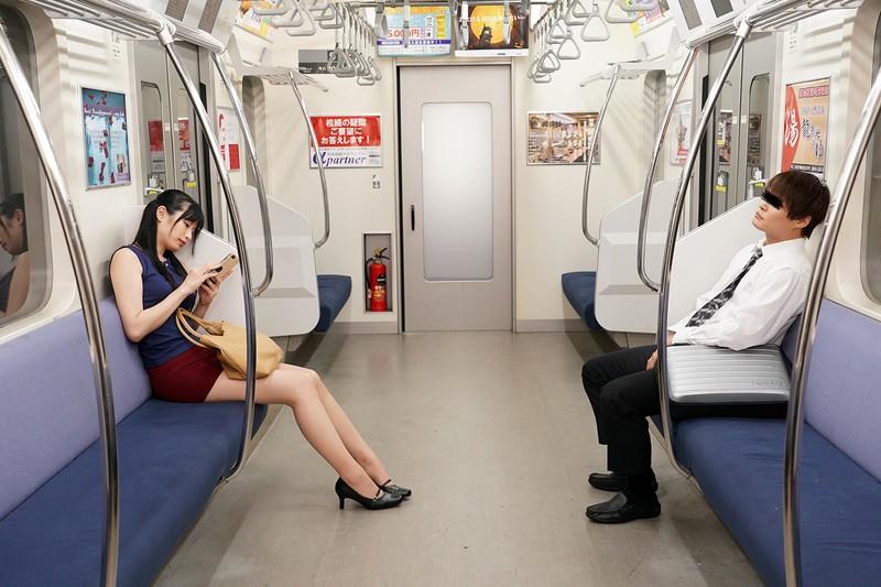 最終電車で痴女とまさかの2人きり!向かいの座席でパンチラしてくるホロ酔い美脚女の誘惑で勃起したらヤられた 画像14