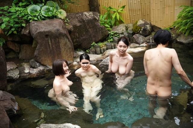 混浴温泉で母親の巨乳ママ友二人に挟まれておもちゃにされた僕 VOL.25