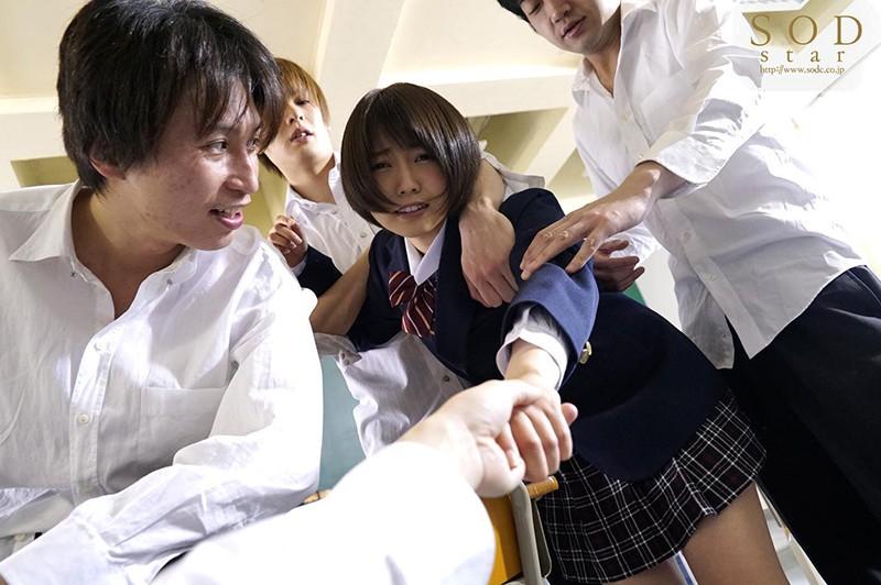 戸田真琴 手をぎゅっと握り目をじっと見つめながら彼女が犯されるのをただ傍観するしかなかった惨めなボクサンプルイメージ1枚目