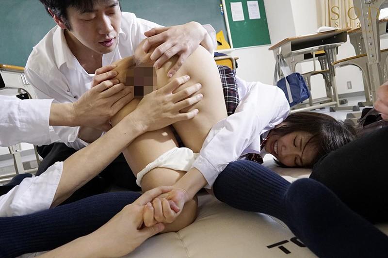 戸田真琴 手をぎゅっと握り目をじっと見つめながら彼女が犯されるのをただ傍観するしかなかった惨めなボクサンプルイメージ2枚目