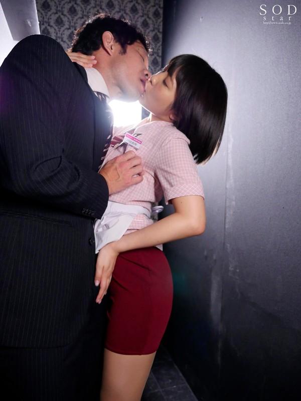 戸田真琴 高速膣絞めグラインド騎乗位 ちっぱいおっパブ嬢の超敏感乳首をチューチュー吸ったら自ら腰をスリスリ生挿入してきたサンプルイメージ3枚目