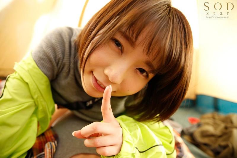 戸田真琴 すぐそばに彼女がいるのにベロチュウ誘惑で強制中出しサンプルイメージ2枚目