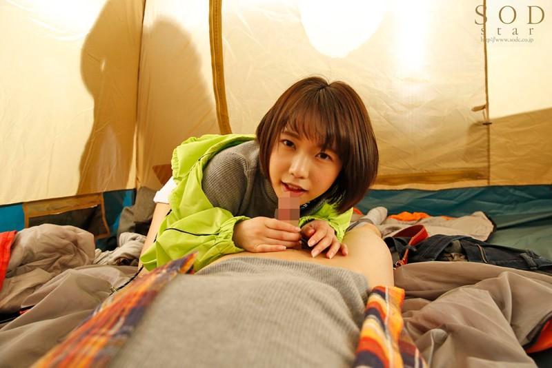 戸田真琴 すぐそばに彼女がいるのにベロチュウ誘惑で強制中出しサンプルイメージ4枚目