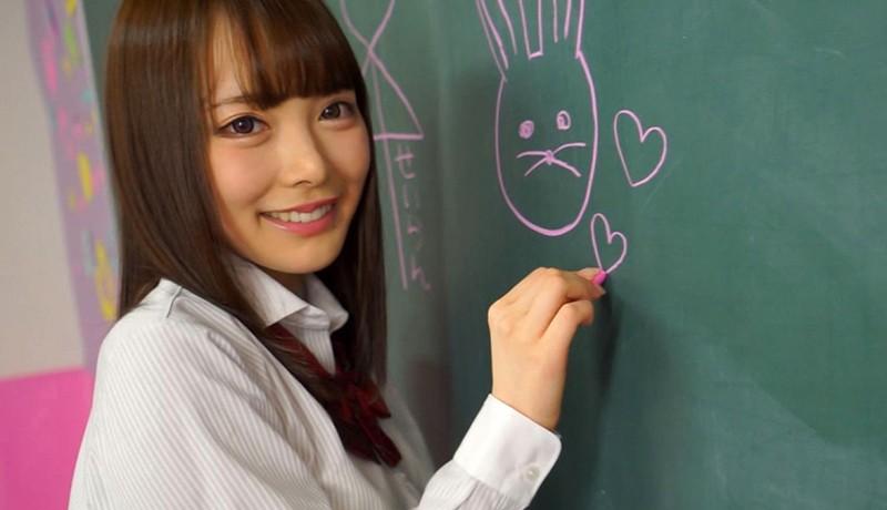 笑顔で黒板に落書きする女子校生・五十嵐星蘭