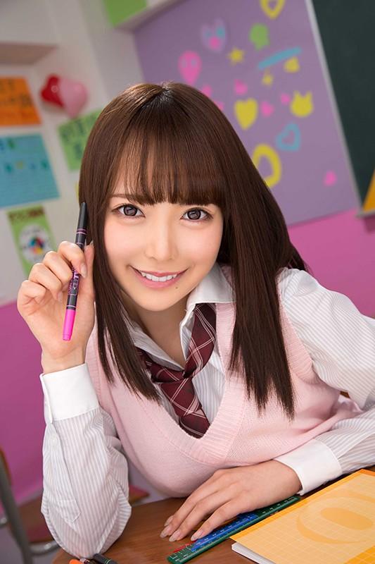 教室でペンを持ち笑顔の女子校生・五十嵐星蘭