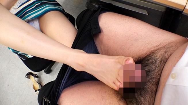 職場で足フェチがバレてしまい女性部下の脚...