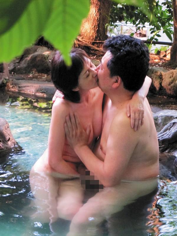 温泉 接吻 熟年夫婦の営み-3