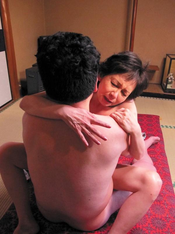 温泉 接吻 熟年夫婦の営み-4