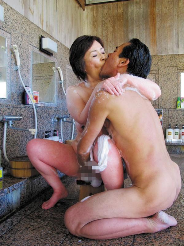 温泉 接吻 熟年夫婦の営み-1