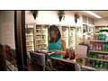 深夜に一人でコンビニで立ち読みしている巨乳女は男を欲してるヤリマン女、巨乳目当てに近づく男達を待っていたかのように即ハメ!のサンプル画像