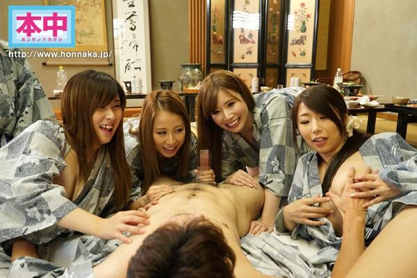 「夫に内緒で年に一度ハメ外し…」巨乳人妻の不倫グループ中出し旅行 画像10