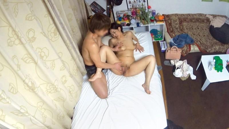 イケメンが熟女を部屋に連れ込んでSEXに持ち込む様子を盗撮したDVD。116~強引にそのまま中出ししちゃいました~ 画像19