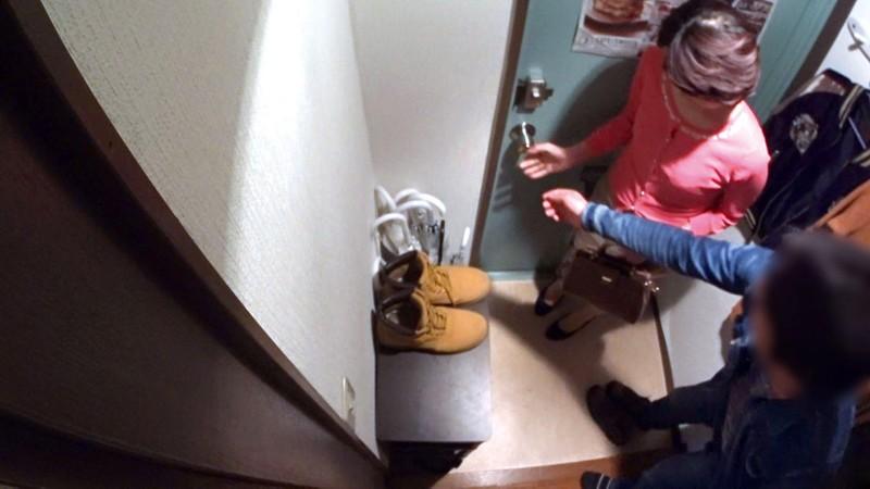 イケメンが熟女を部屋に連れ込んでSEXに持ち込む様子を盗撮したDVD。116~強引にそのまま中出ししちゃいました~ 画像7