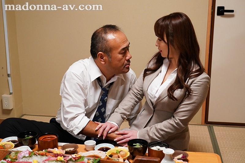 人妻秘書、汗と接吻に満ちた社長室中出し性交 業界屈指の美熟女Madonna専属秘書に就任!! 白石茉莉奈6
