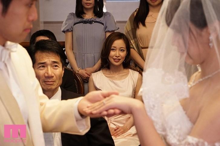 花嫁姿の妹のそばでこっそり新郎にまたがるデカ尻誘惑お姉さん 篠田ゆう10