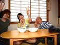 ホントは無理矢理マワされたのにヤツらに脅されピース写真を撮られた妻 葵千恵のサンプル画像1