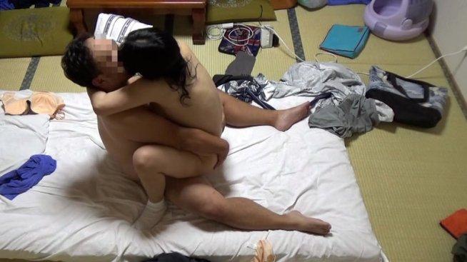美人と評判の仲居さんがいる旅館に行って仲居さんを強引に口説いてハメ倒した盗撮映像10