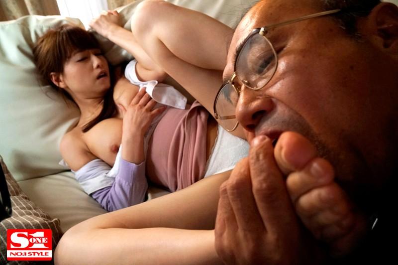 吉沢明歩 毎日エスカレートしていく義父の粘着ベロ舐め性交の虜になった美人妻アキホサンプルイメージ9枚目