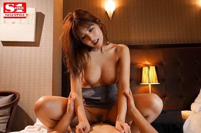 巨乳上司と童貞部下が出張先の相部屋ホテルで…いたずら誘惑を真に受けた… のサンプル画像 2枚目