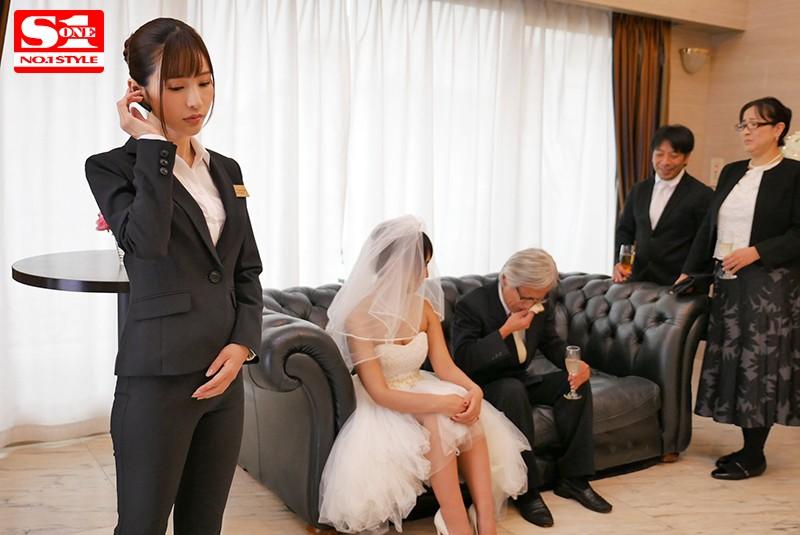 天使もえ 結婚式直前から式の終りまで…新婦の目を盗んで新郎を誘い寝取る美人ウエディングプランナーサンプルイメージ2枚目