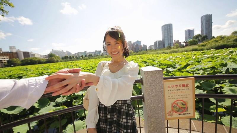 公園で彼氏と手を繋いでデートする彼女 長瀬麻美