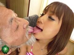桜りおと老人の濃厚な接吻とSEXのサンプル画像2