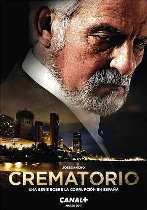 Póster promocional de la sèrie de televisió Crematorio, mostrant el rostre de José Sancho sobre una imatge nocturna d'una ciutat turística a la costa del llevant espanyol.