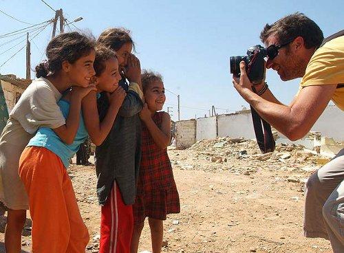 Rafa Marchante fotografía a unas niñas. Foto de Luis de Vega