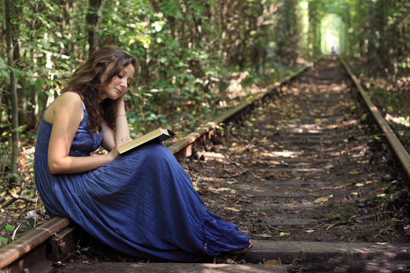 beautiful-wallpapers-collection-of-girls-reading-book-in-tunnel-of-love-in-kleven-ukraine
