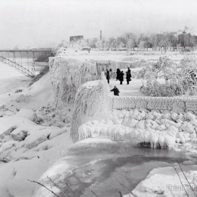 Many People Near Niagara Falls Frozen Photo For Wallpaper