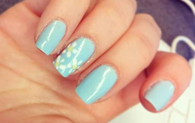 Amazing Blue And White Flower Accent Nail Art